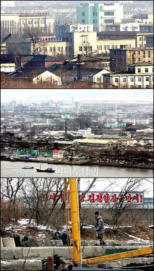 ↑'제2의 홍콩을 꿈꾸는 신의주 특구의 현실'<br /> 신의주 관공서로 보이는 건물에 대형 김일성 초상화가 걸려 있다.(사진위) 낡고 허름한 건물에 듬성듬성 새롭게 페인트 칠을 한 건물들이 보인다(사진중간) '21세기 태양 김정일장군 만세!'란 구호 밑에서 작업을 하고 있는 북한 주민들(사진아래)