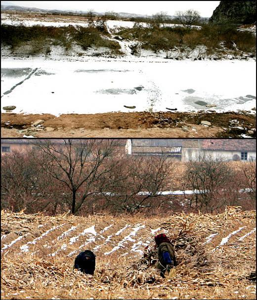 ↑호산장성 앞에는 중국과 북한의 국경이 있다. 윗쪽이 북한이고 아래쪽이 중국땅이다. 이지역 주민들이 수시로 넘나드는 것을 발자국을 통해 알수 있다.(사진 상)<br /> 북한쪽 두 여성이 국경지대에서 밭일을 하고 있다.밭일을 한다기 보다는 말라버린 옥수수대에서 무엇인가 열심히 찾고 있는 모습이다.(사진하)