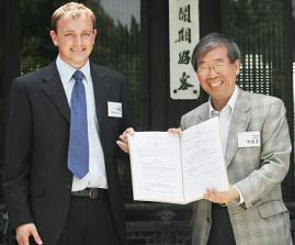 ↑스티븐 하비 옥스팜 뉴프로덕트매니저(왼쪽)와 박원순 아름다운가게 상임이사. ⓒ홍기원 기자