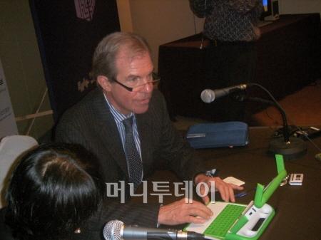 네그로폰테 교수가 직접 사용하는 100달러짜리 초저가 노트북을 시연하고 있다.
