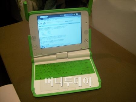 100달러 노트북 XO의 모습. 무선 인터넷으로 구글홈페이지가 바로 연결된다.