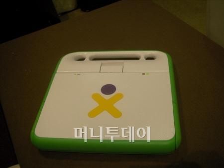 XO컴퓨터엔 들고 다니기 편하게 손잡기가 달려있다.