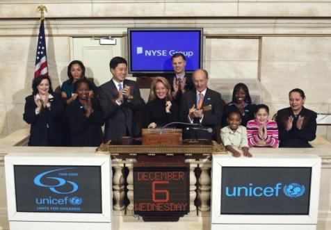 ↑넬슨 채 뉴욕증권거래소 CFO겸 부사장(왼쪽에서 네번째)이 지난해 12월 증시 개장식에 참석해 초청인사들이 개장 벨을 누르는 것을 지켜보고 있다(사진:NYSE 제공)