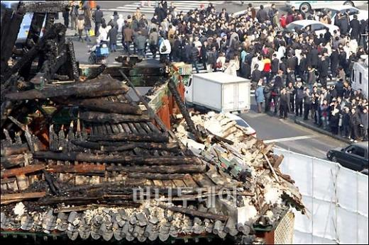 ↑ 숭례문 기왓지붕 위 '어처구니'가 불타 없어졌다.