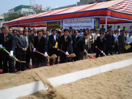 ▲한일건설은 지난 14일(현지시간) 캄보디아 수도 프놈펜에서 관련 인사들이 참석한 가운데 지하5~지상42층 규모의 최신 인텔리전트 빌딩인 '골드타워42' 착공식을 가졌다.