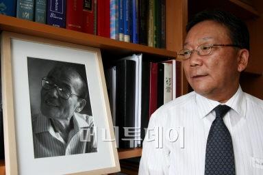 ↑ 고 피천득 선생의 차남인 피수영(66) 서울아산병원 <br /> 신생아과 교수는, 지난해 5월 돌아가신 부친의 사진을 <br /> 지금도 집무실에 걸어두고 시간이 날 때마다 올려다 <br /> 본다고 한다. ⓒ임성균 기자