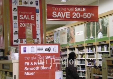 ▲뉴저지 한 대형 쇼핑몰의 선물센터. 연말을 맞아 50%까지 할인판매한다는 광고문이 매장을 뒤덮고 있다.<br />