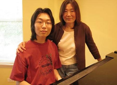 ↑ 미국 시카고 대학에서 분자유전학과 세포학으로 박사 학위를 받을 예정인 쇼 야노(18)군과 어머니 진경혜 씨.
