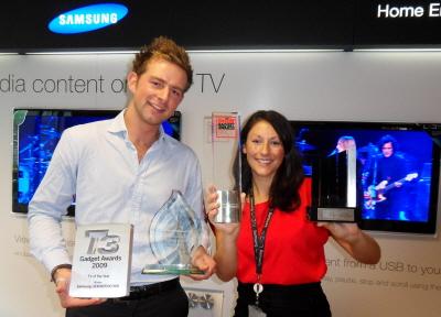 ↑삼성 LED TV가 영국의 유명 매체(T3, ERT 등)와 유통업체 DSGi로부터 '올해 최고의 TV 제품'으로 선정됐다. 삼성전자 영국법인 현지 직원들이 수상패를 들며 기뻐하고 있다.<br />