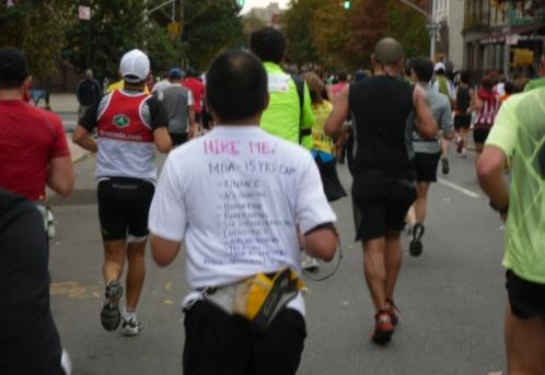 ↑'나를 채용해주세요'라고 쓴 티셔츠를 입고 뛰고 있는 참가자.