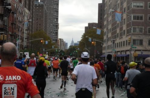 ↑ 뉴욕마라톤 골인지점을 앞두고 멀리 엠파이어 스테이트 빌딩을 바라보며 핍스 애비뉴(5번가)를 달려가고 있는 주자들.