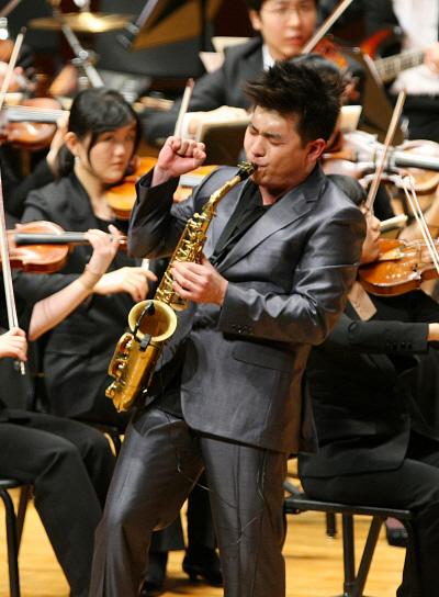 열정적으로 색소폰을 연주하는 대니 정