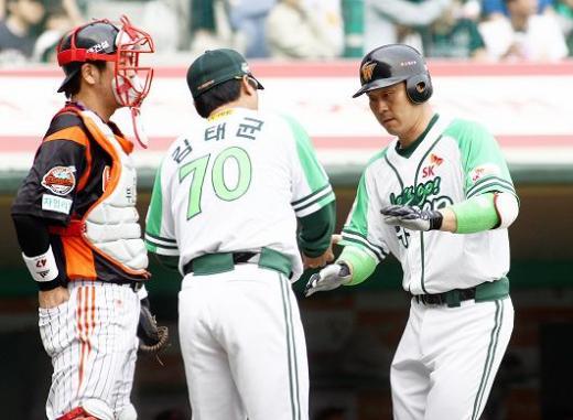 ↑페트병을 재생한 그린유니폼을 입은 박경완 SK와이번스 선수가 홈런을 치고 귀루하고 있다. ⓒSK와이번스
