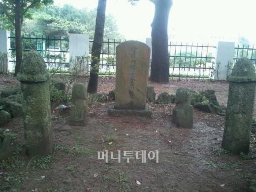 제주도 모충사 경내에 있는 김만덕의 묘역