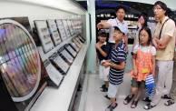 삼성전자 쑤저우 반도체공장 담당자가 웨이퍼에서 D램 반도체를 만드는 과정에 대해 설명하고 있다. <사진=이동훈 기자>
