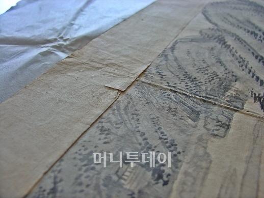 ▲칼로 베어진 듯 보이는 계상정거(溪上靜居).