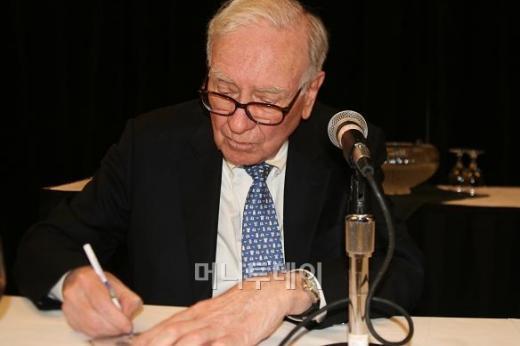 ↑1일 기자회견후 사인을 해주는 워런 버핏 버크셔해서웨이 회장. 귀도 크고 손도 정말 크다.