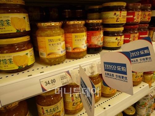 ↑꽃샘종합식품은 홈플러스의 지원으로 중국 테스코에 액상차를 납품하고 있다. 사진은 중국 테스코의 한 매장에 진열된 꽃샘종합식품의 액상차.