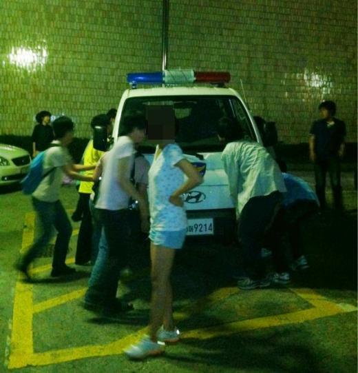 지난 16일 학생들의 공연을 막기 위해 진입로를 막은 트럭을 들어 옮기고 있는 학생들 ⓒ사진 스캐터브레인