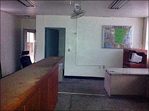 ↑ 종로구 치안센터 건물. 문이 열려있고 내부에는 뽀얗게 먼지가 앉은 책상과 의자가 놓여있다. 벽에는 관할구역을 표시한 지도만 덩그러니 남았다.(사진=진달래 기자)