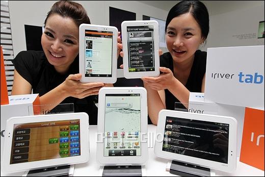LG유플러스가 19일 오전 서울 LG유플러스 타워에서 디바이스 전문업체 아이리버와 함께 EBS 교육 콘텐츠에 특화된 3G/와이파이 기능의 안드로이드 태블릿 PC '아이리버 탭'을 출시했다.ⓒ이명근 기자