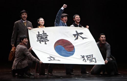 ↑ 뉴욕타임스에 소개된 영웅 뮤지컬 한 장면. 1세기전 일본으로부터 독립을 위해 싸운 애국지사 안중근의 스토리를 그린 것이라고 사진설명에 소개돼 있다.