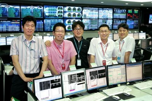 ↑ 올 추석연휴에도 교대로 당직출근을 해야 하는 한국거래소 IT품질보안팀 직원들. 맨 왼쪽이 김강철 한국거래소 IT품질보안팀장 ⓒ사진제공=한국거래소