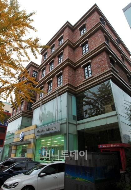 ↑배우 장동건이 매입한 서울 이태원 '꼼데가르송길'의 한 빌딩. ⓒ사진=이동훈 기자