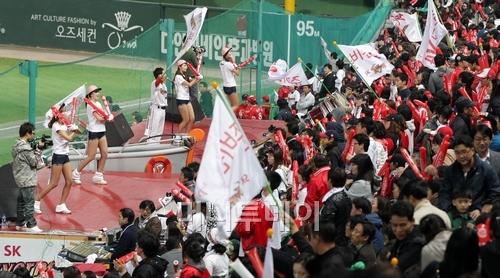 ↑지난 20일 오후 인천 문학경기장에서 열린 2011 프로야구 플레이오프 4차전에서  SK 와이번스를 응원하고있는 SK팬들.ⓒ 이기범 기자