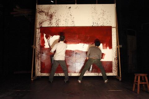 ↑ 연극 '레드'에서 화가 로스코와 그의 조수 켄이 경쾌한 클래식음악에 맞춰 빠른 손놀림으로 캔버스에 밑칠 작업을 하고 있다. ⓒ신시컴퍼니