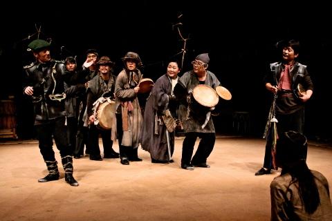 ↑ 연극 '지하생활자들'에서는 공연 내내 배우들이 춤을 주고 악기를 연주하며 라이브 뮤직연극의 진수를 보인다. ⓒ국립극단