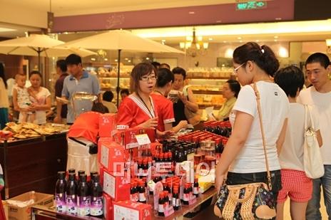 ↑롯데백화점 중국 텐진점 지하 1층 식품매장 전경