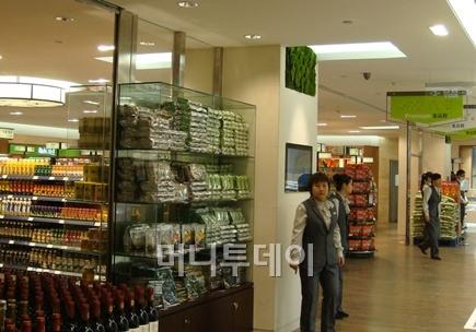 ↑롯데백화점 중국 텐진점 지하 1층 만전식품 조미김 매대 전경