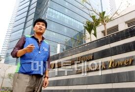 ↑경남기업의 김상국 베트남 하노이 '랜드마크72' 현장소장이 빌딩 앞에서 프로젝트 개요를 설명하고 있다.
