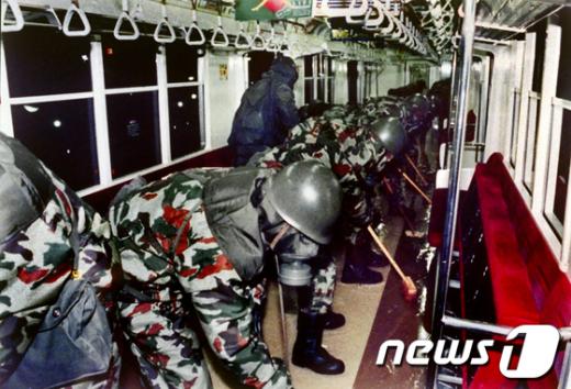 방제복을 착용한 일본 자위대원들이95년 3월 20일 사린독가스가 살포된지하철 내부를 제독하고있다. AFP=News1