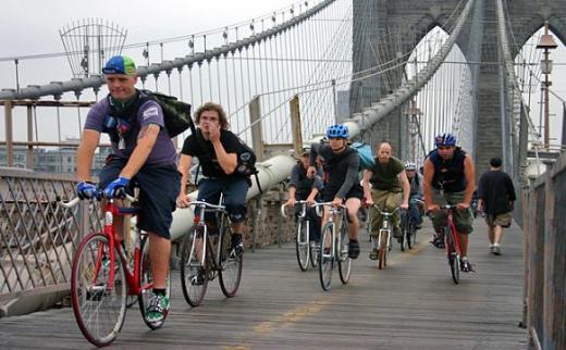 ↑ 뉴욕 자전거 도로 상징중 하나인 브루클린 브릿지. 보행자도 통행한다.