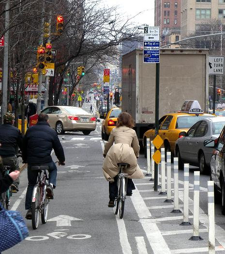 ↑ 맨해튼 9번 애비뉴 자전거 도로는 차도와 격리돼 안전성이 높다.