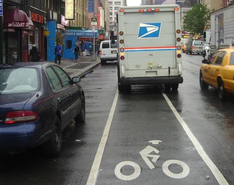 ↑차도와 격리되지 않아 사고위험이 따르는 맨해튼 자전거 도로.