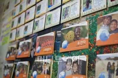 ↑식당 벽에 붙어 있는 후원 아동들의 사진들과 아동들이 보낸 편지, 후원 안내문.