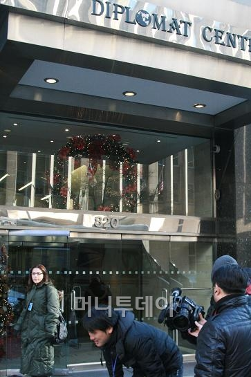 ↑ 주유엔 북한대표부가 입주해있는 맨해튼 2번 애비뉴 44번가 외교센터 빌딩. 국기, 현판 등 아무런 표식이 없다.