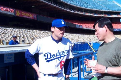↑박찬호가 LA 다저스 시절이었던 1999년6월23일 다저스타디움에서 MBC 허구연 해설위원(현 KBO 야구발전실행위원장)과 인터뷰하고 있다.