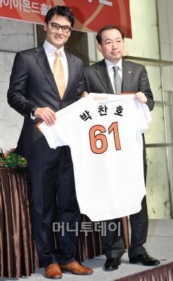 ↑ 박찬호(38)가 지난 20일 서울 플라자호텔에서 열린 한화이글스 입단식에 참석해 자신의 등번호 61번이 새겨진 유니폼을 들어보이고 있다.  ⓒ 임성균 기자<br />