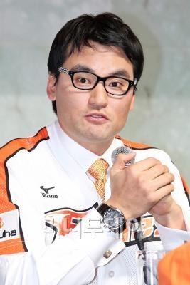 ↑박찬호(38)가 지난 20일 서울 플라자호텔에서 열린 한화이글스 입단식에 참석했다 ⓒ 임성균 기자