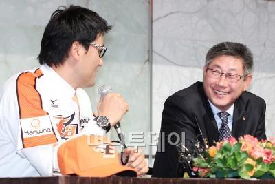 ↑ 박찬호(38)가 지난 20일 서울 플라자호텔에서 열린 한화이글스 입단식에 참석해 한대화 감독과 대화를 나누고있다. ⓒ 임성균 기자