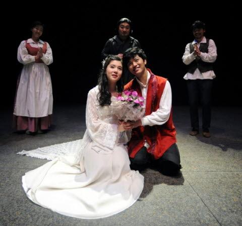 ↑ 서울시극단에서 셰익스피어의 명작 '로미오와 줄리엣'을 한국적으로 재해석해 무대에 올렸다. ⓒ세종문화회관