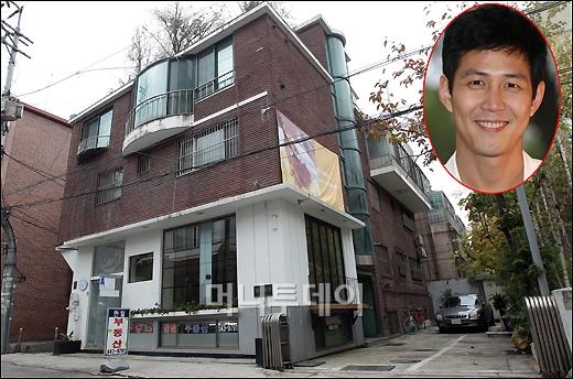 ↑서울 강남구 신사동에 위치한 배우 이정재 소유의 건물. 이 건물에는 현재 부동산 중개업소와 함께 일반 세입자들이 거주하고 있다. ⓒ이기범 기자