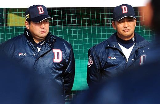 두산 시무식에 참석하고 있는 김진욱 감독(오른쪽)과 이토 스토무 수석코치ⓒOSEN제공