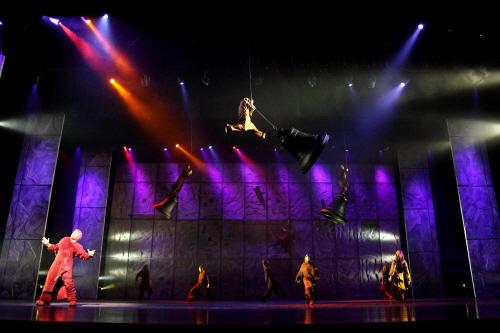 ↑ '노트르담 드 파리'에서 배우들은 100kg이 넘는 대형 종을 흔들며 역동적인 무대를 선보였다. ⓒ마스트미디어