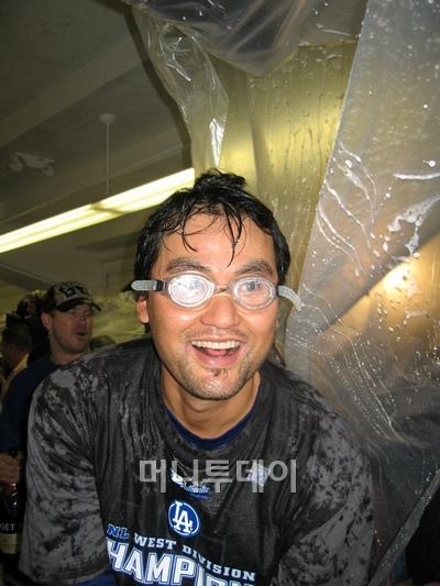 ↑ 박찬호가 재기에 성공한 2008시즌, LA 다저스가 내셔널리그 서부지구 1위를 확정 지은 뒤 클럽하우스에서 열린 축하파티에서 샴페인에 흠뻑 젖은 채 기뻐하고 있다.
