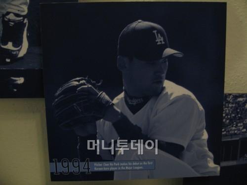 ↑ 박찬호가 1994년 LA 다저스에서 한국인 최초의 메이저리거가 된 사진이 다저스타디움 메인 홀에 전시돼 있다.